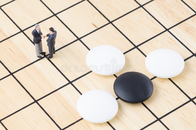 Бизнесмен стоя на настольной игре идти, st дела стоковая фотография rf