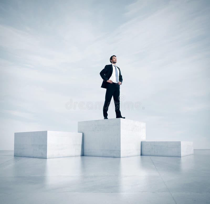 Бизнесмен стоя на самом высоком кубе 3d стоковое изображение rf