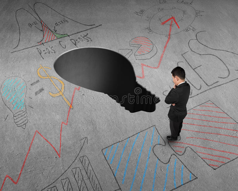 Download Бизнесмен стоя перед отверстием формы лампы Стоковое Фото - изображение насчитывающей воодушевленность, дело: 41653668