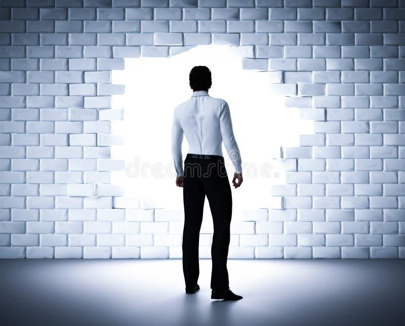 Бизнесмен стоя рядом с отверстием в кирпичной стене Светлый приходить от внешней стороны иллюстрация вектора