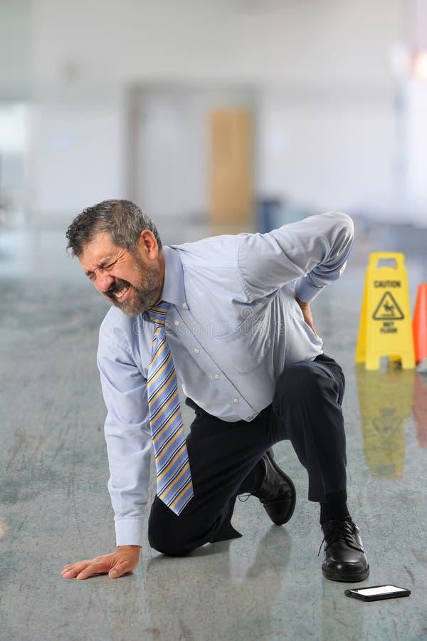 Бизнесмен страдая от боли в спине стоковые фото