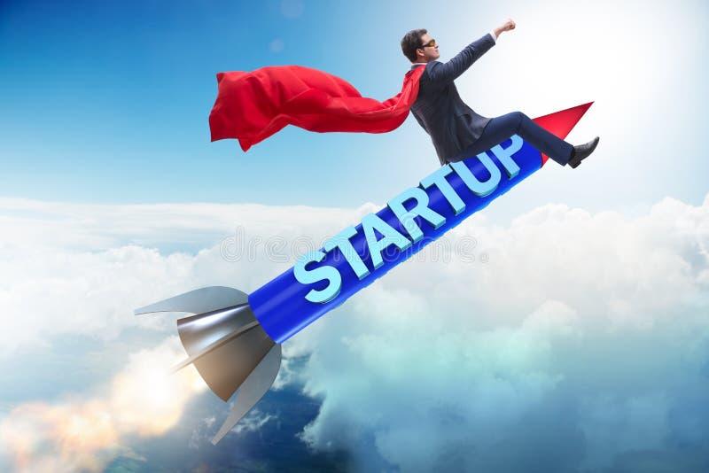 Бизнесмен супергероя в start-up ракете летания концепции стоковое изображение