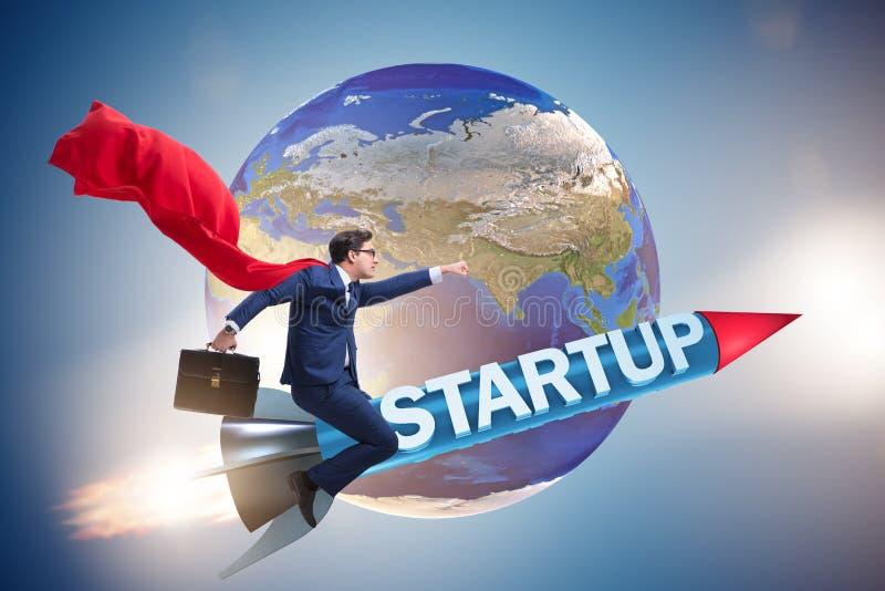 Бизнесмен супергероя в start-up ракете летания концепции стоковое фото