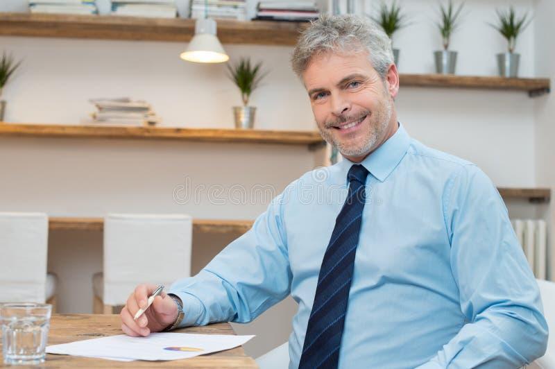 бизнесмен счастливый зреет стоковые изображения rf
