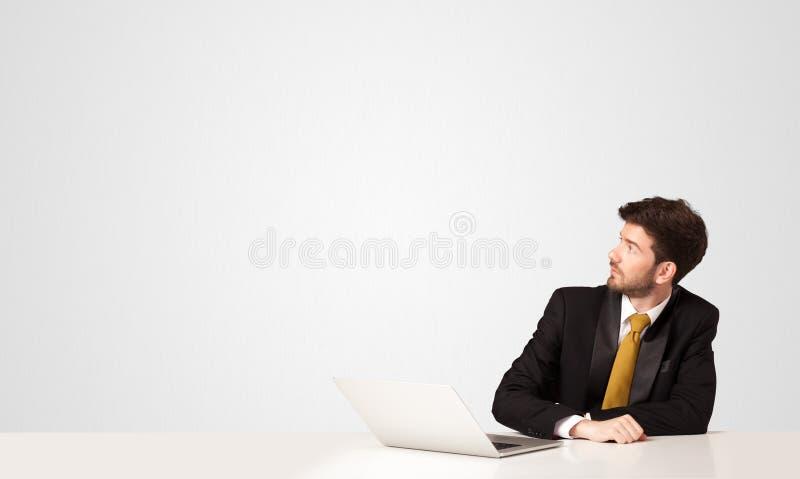 Бизнесмен с белой предпосылкой стоковые изображения