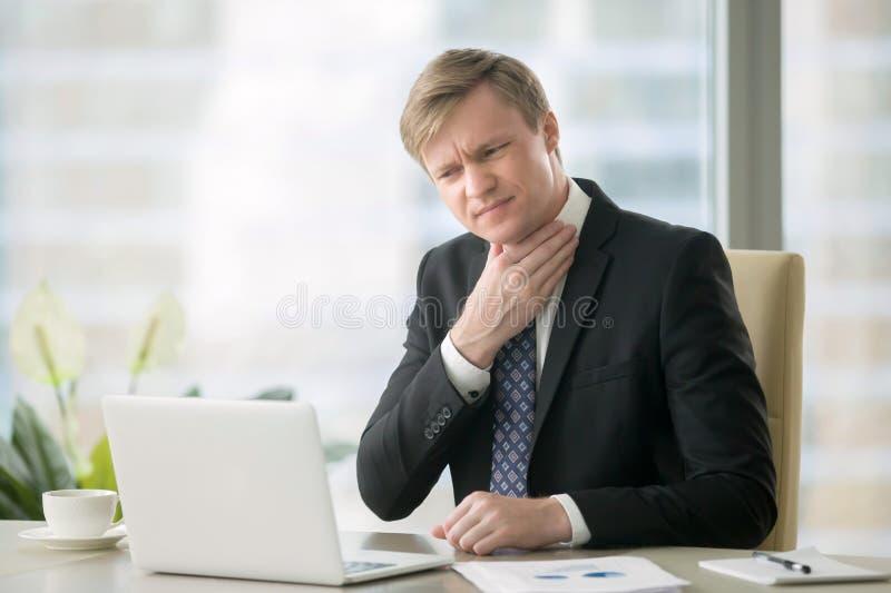 Бизнесмен с болью в горле стоковые изображения rf