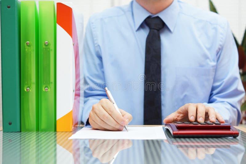 Бизнесмен с вполне обработки документов завершает форму стоковые фотографии rf
