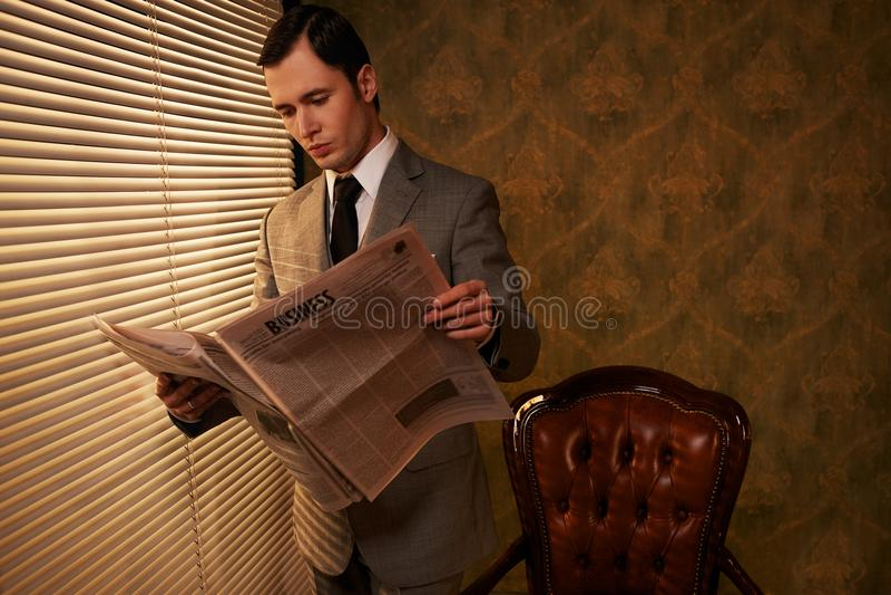 Бизнесмен с газетой стоковая фотография rf