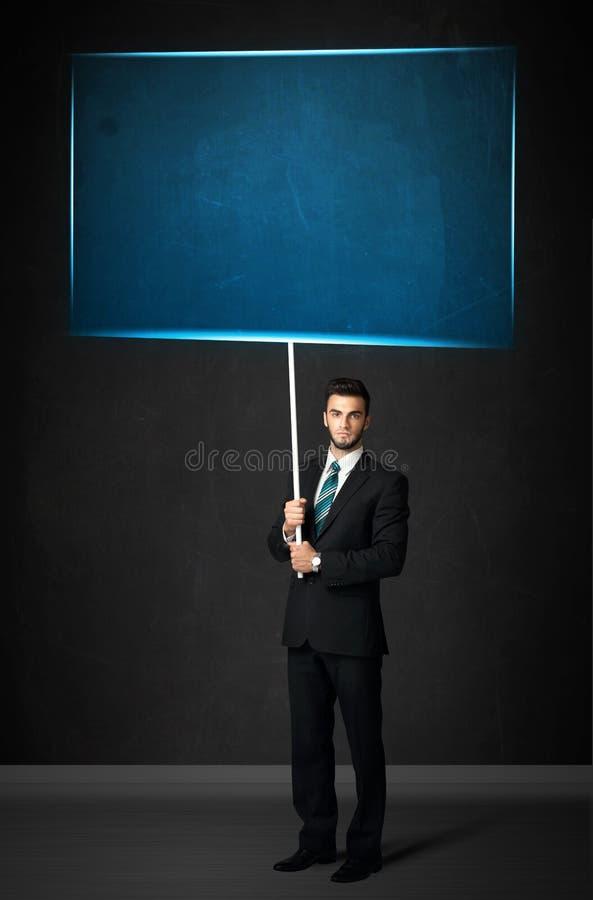 Бизнесмен с голубой доской стоковая фотография