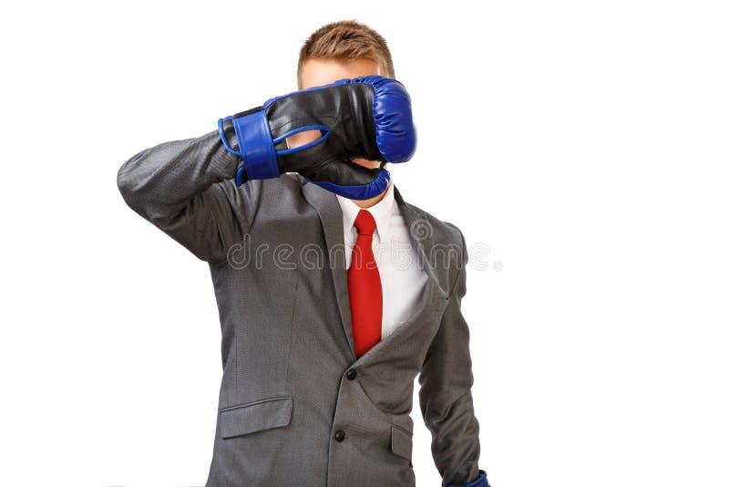 Бизнесмен с голубыми перчатками бокса стоковое изображение
