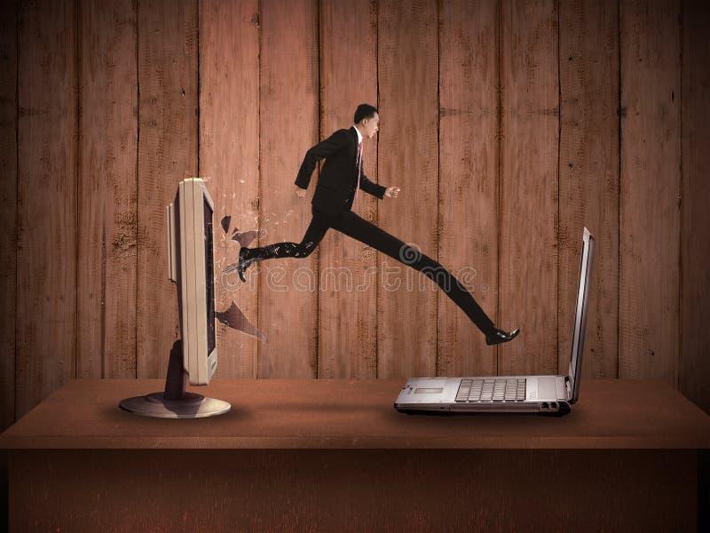 Бизнесмен с длинной ногой вне от настольного компьютера компьютера к компьтер-книжке стоковые фото