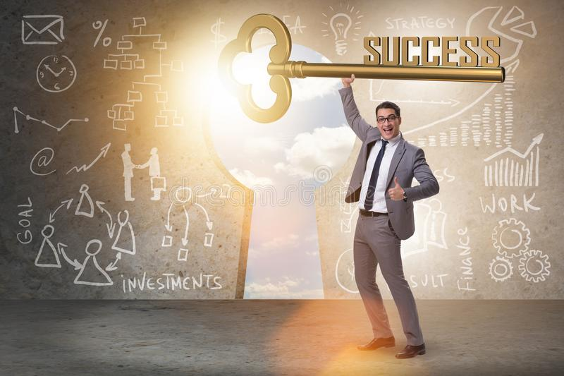 Бизнесмен с ключом к концепции дела успеха стоковая фотография
