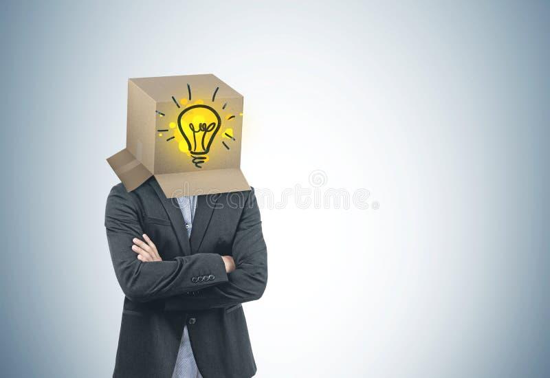 Бизнесмен с коробкой на его голове, идея стоковые фотографии rf