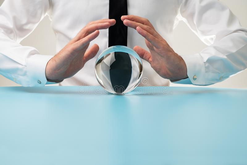 Бизнесмен с кристаллической сферой стоковые фото