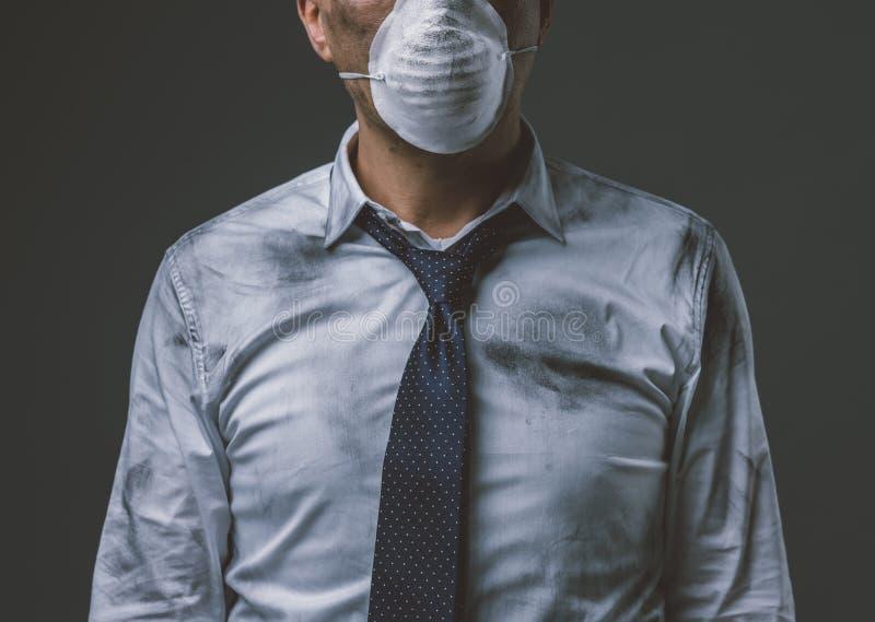 Бизнесмен с маской и загрязнением воздуха стоковая фотография rf