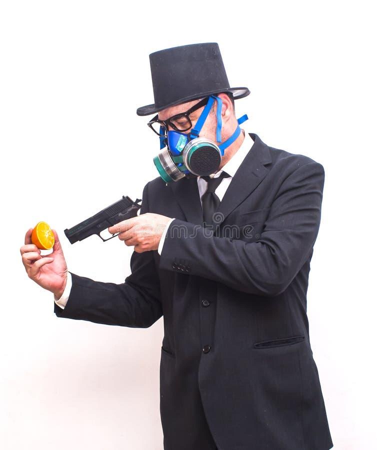 Бизнесмен с маской противогаза и с шляпой которая указывает с a стоковая фотография rf