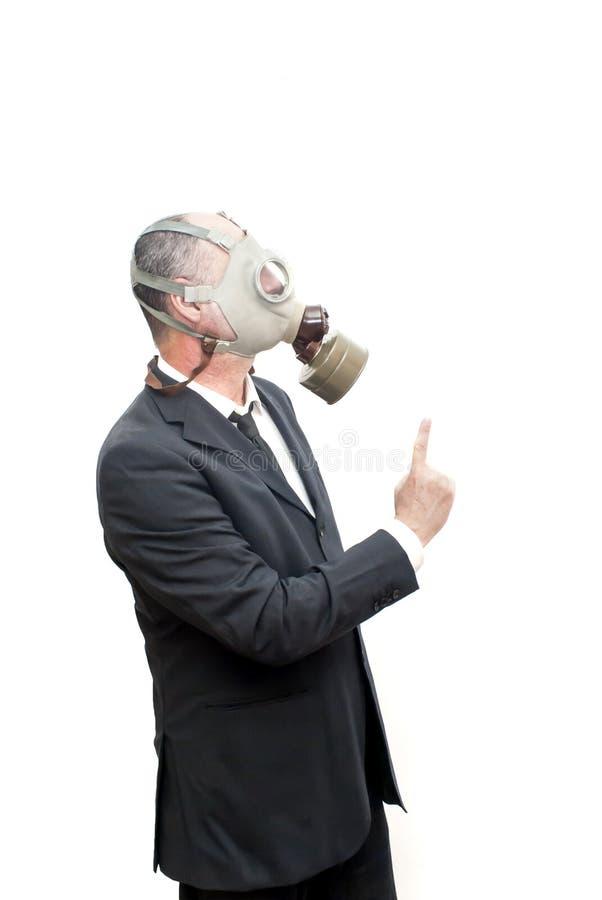 Бизнесмен с маской противогаза указывая его указательный палец вверх стоковая фотография rf