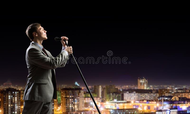 Бизнесмен с микрофоном стоковое фото