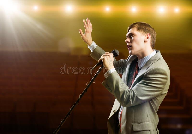 Бизнесмен с микрофоном стоковое изображение rf