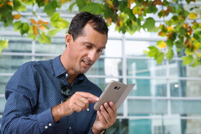 Бизнесмен с мобильным телефоном стоковое фото rf