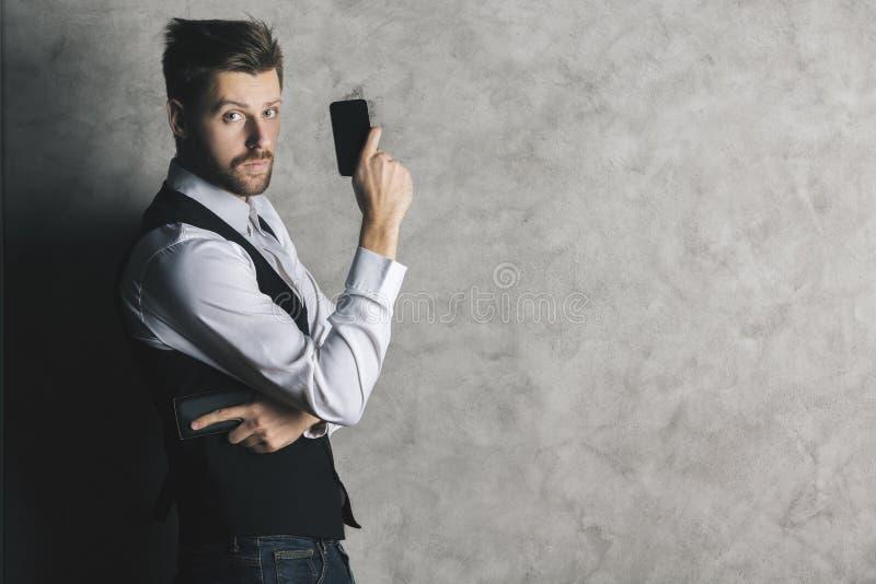 Бизнесмен с оружием мобильного телефона стоковое изображение rf
