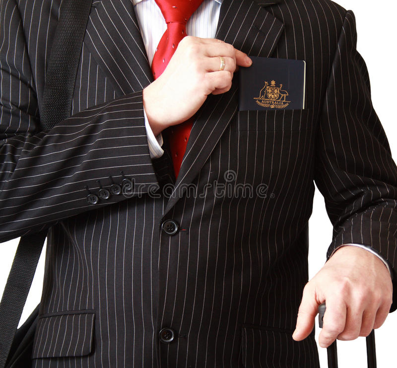 Бизнесмен с пасспортом в карманн стоковое фото