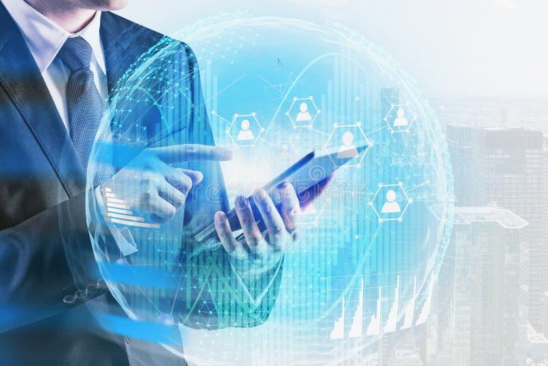 Бизнесмен с планшетом используя социальное соединение иллюстрация вектора