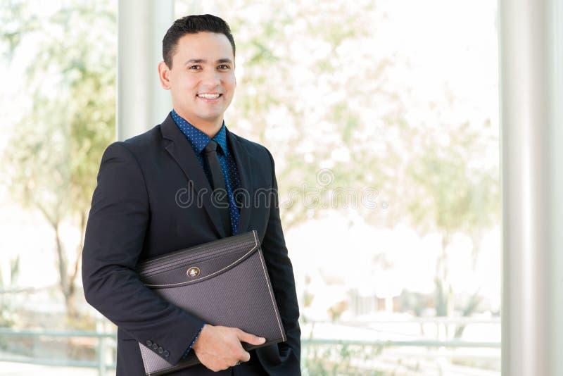 Бизнесмен с портфолио стоковые фотографии rf