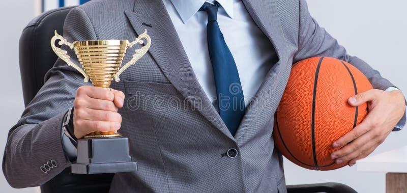 Бизнесмен с призовой чашкой для достижений в офисе стоковые фотографии rf