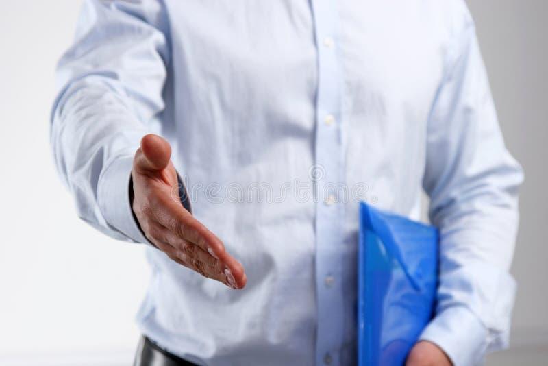 Бизнесмен с рукопожатием открытой руки готовым стоковая фотография rf