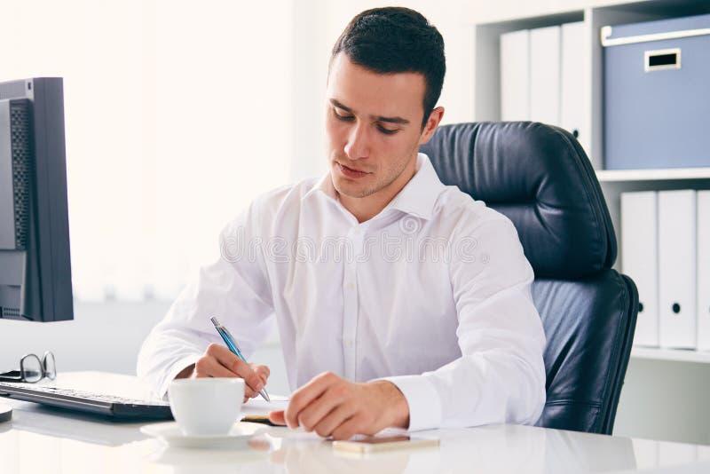 Бизнесмен с ручкой в офисе стоковые фотографии rf