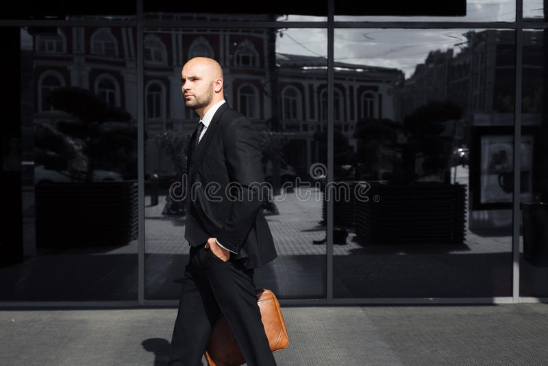 Бизнесмен с сумкой около офиса стоковое изображение rf