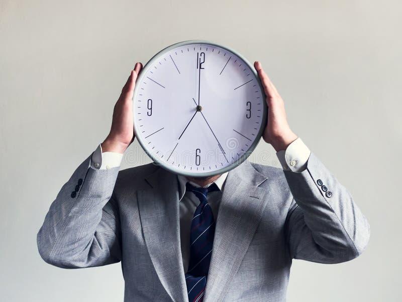 Бизнесмен с часами вместо головы Дело и эффективность концепции Время и план-график Деньги и время стоковые изображения rf