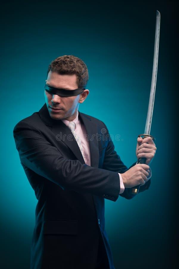 Бизнесмен с шпагой katana стоковая фотография