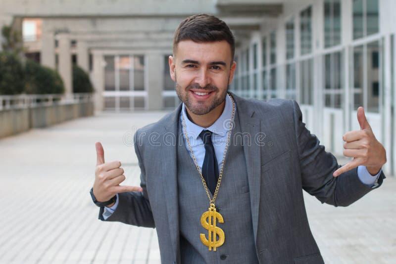 Бизнесмен тряся золотое ожерелье с знаком доллара стоковые фотографии rf