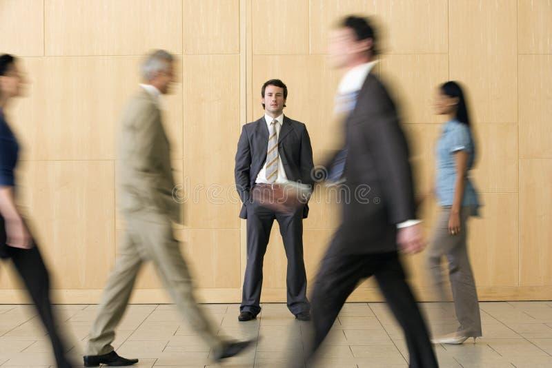 бизнесмен уверенно он гулять команды прошлого стоковые фотографии rf