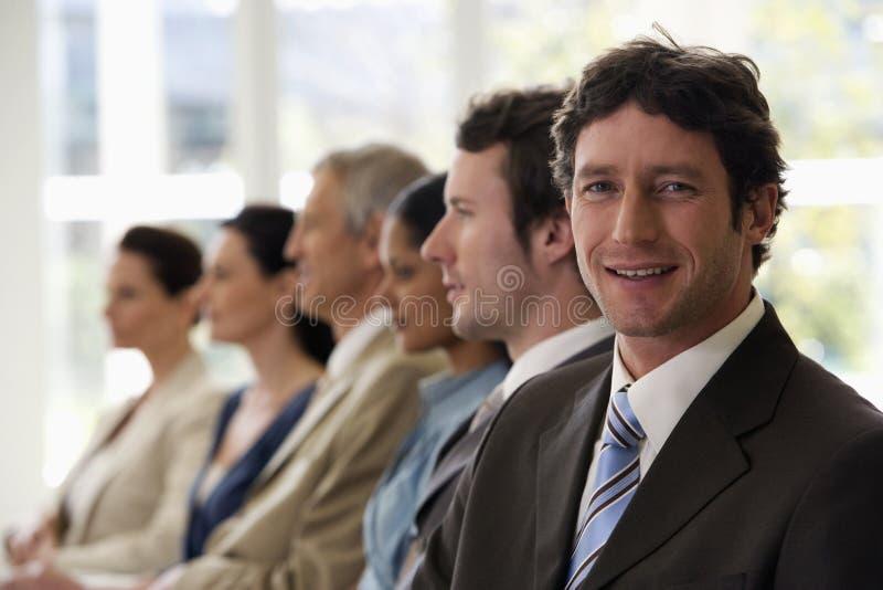 бизнесмен уверенно он гулять команды прошлого стоковое изображение rf