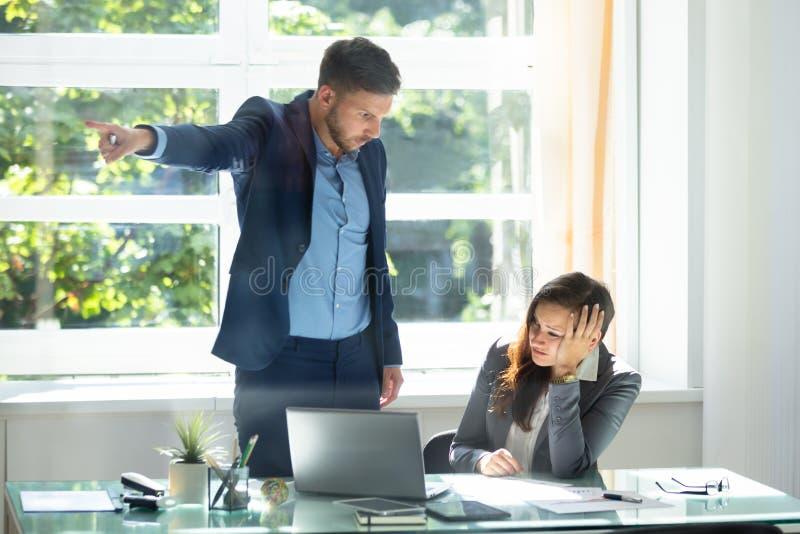 Бизнесмен увольняя расстроенный женский работник стоковые изображения rf