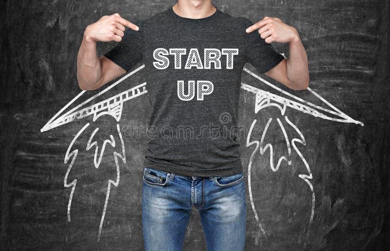 Бизнесмен указывает вне в комод где коллокация слова 'начинает вверх' Концепция начинать вверх по новому делу стоковое фото
