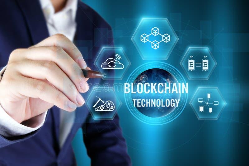Бизнесмен указывая значок blockchain на виртуальном экране, Blockchai стоковые изображения