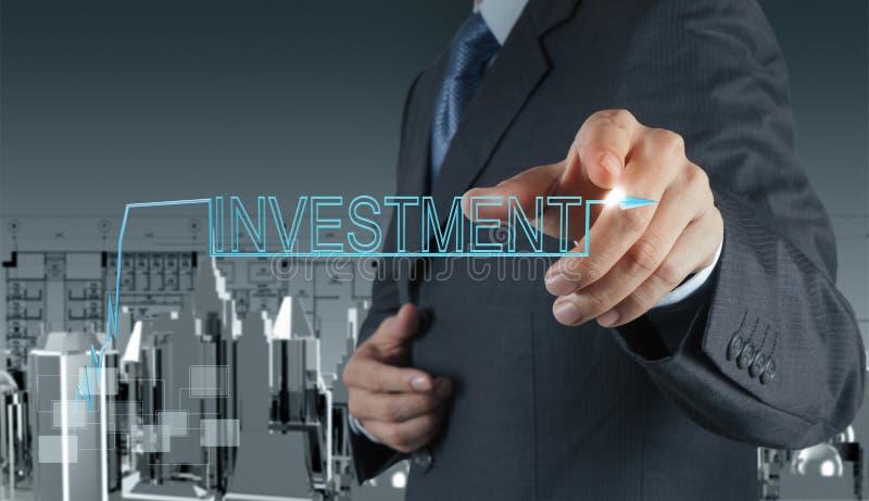 Бизнесмен указывая к принципиальной схеме вклада стоковое фото rf