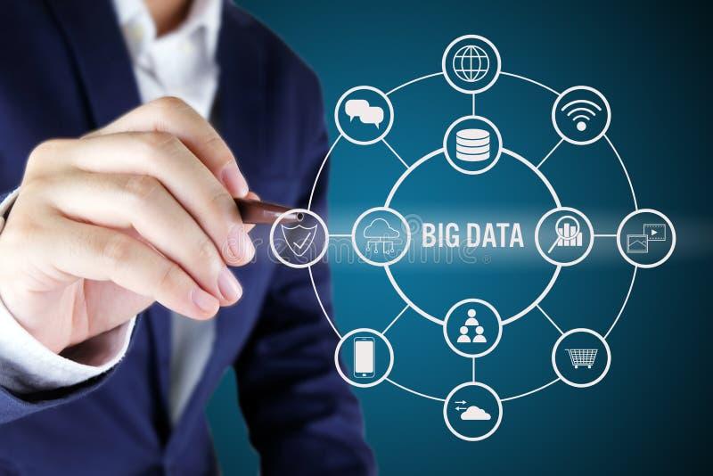 Бизнесмен указывая на большой символ данных Большая принципиальная схема данных стоковые фото