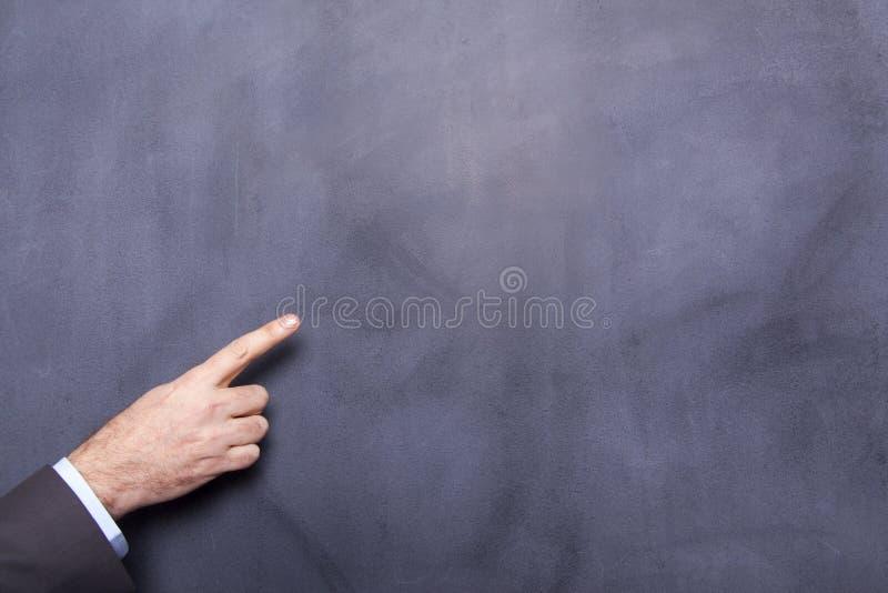 Бизнесмен указывая на классн классный стоковое фото