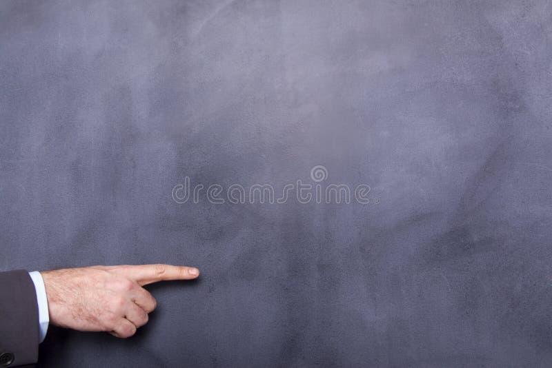 Бизнесмен указывая на классн классный стоковая фотография