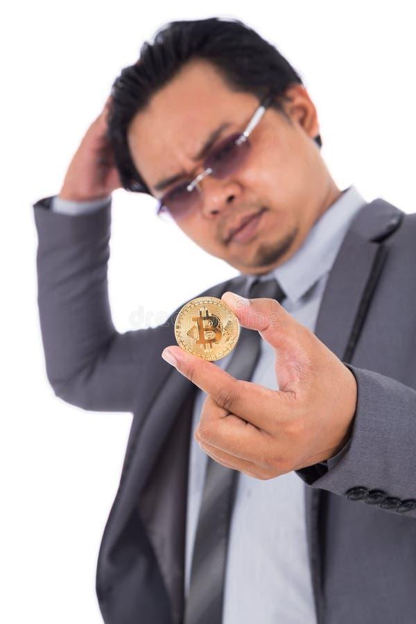 Бизнесмен унылый о bitcoin изолированном на белизне стоковая фотография rf