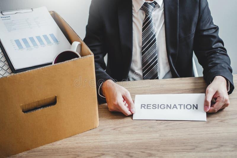 Бизнесмен усиливая с уведомлением об отставке для прекращенный работе пакуя коробку и покидая офис, концепция безропотности стоковое изображение rf