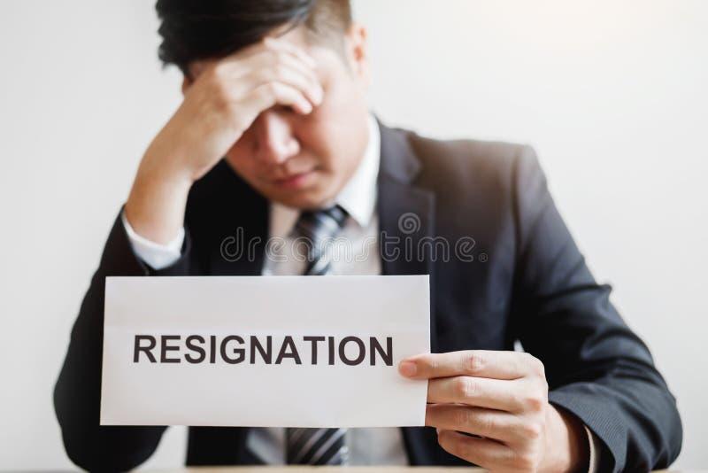 Бизнесмен усиливая с уведомлением об отставке для прекращенный работе пакуя коробку и покидая офис, концепция безропотности стоковое изображение