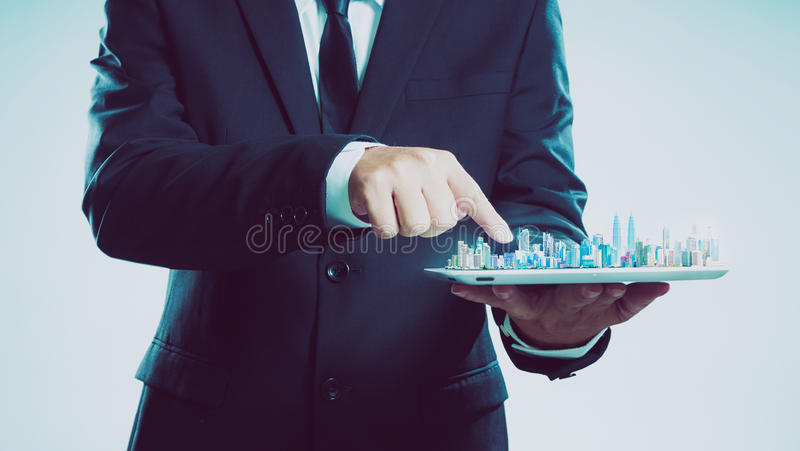 Бизнесмен успеха используя цифровую выставку таблетки горизонт города стоковое изображение rf