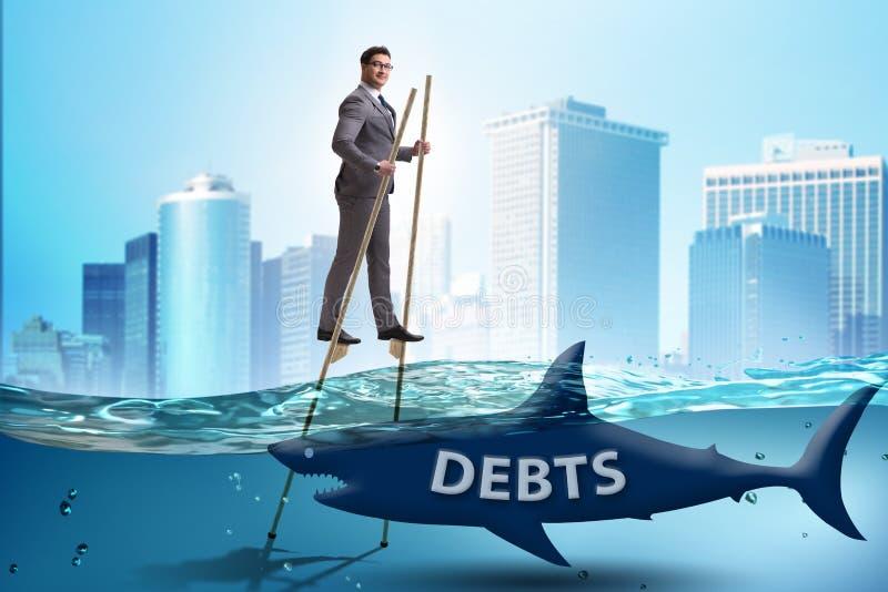 Бизнесмен успешно общаясь с займами и задолженностями стоковые изображения