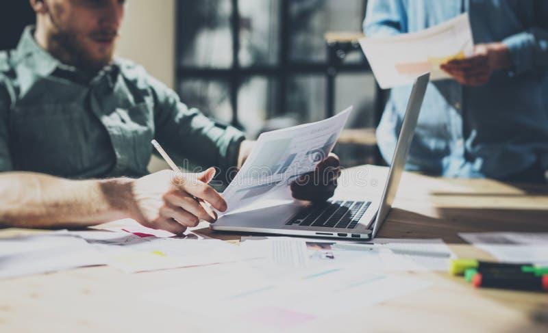 Бизнесмен фото бородатый работая с новым проектом Родовая тетрадь дизайна на деревянной таблице Проанализируйте руки планов стоковое изображение